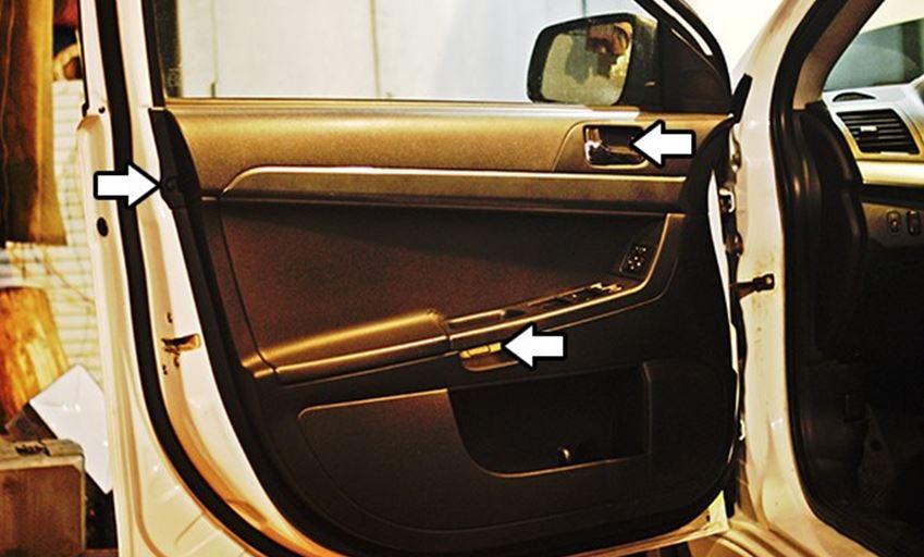 Места расположения саморезов в передней водительской двери