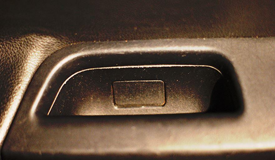 Заглушка около кнопок стеклоподъемника