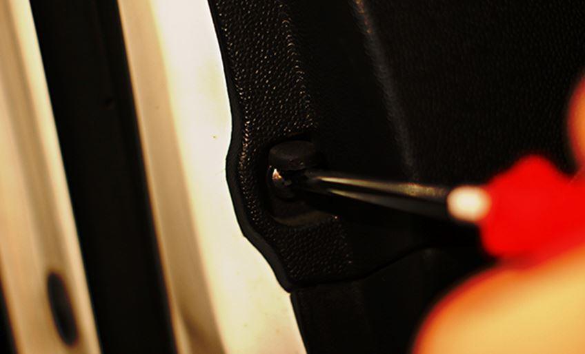 Процесс отвинчивания самореза с помощью крестовой отвертки