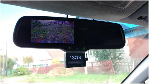 Зеркало с дисплеем, отображающим видео с камеры заднего вида