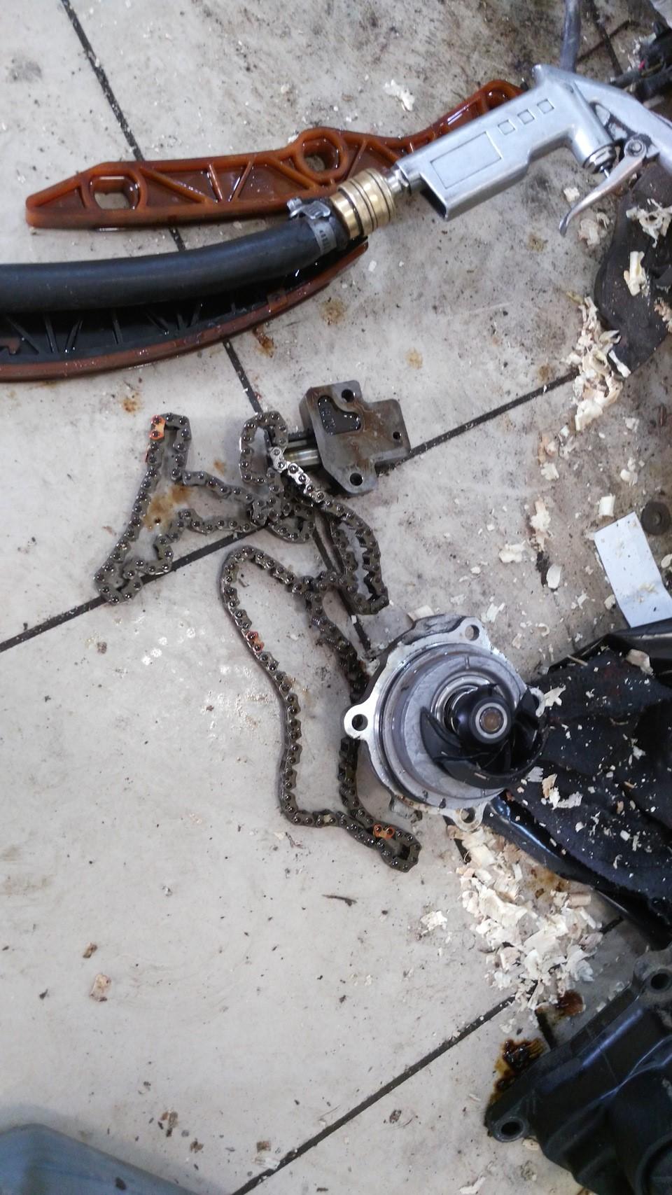 Демонтированная цепь и натяжитель