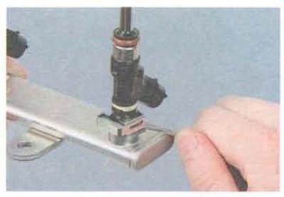 Процесс послабления стопорной пластины форсунки