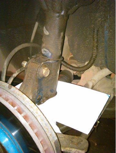Крепление тормозного шланга и кронштейна датчика АБС
