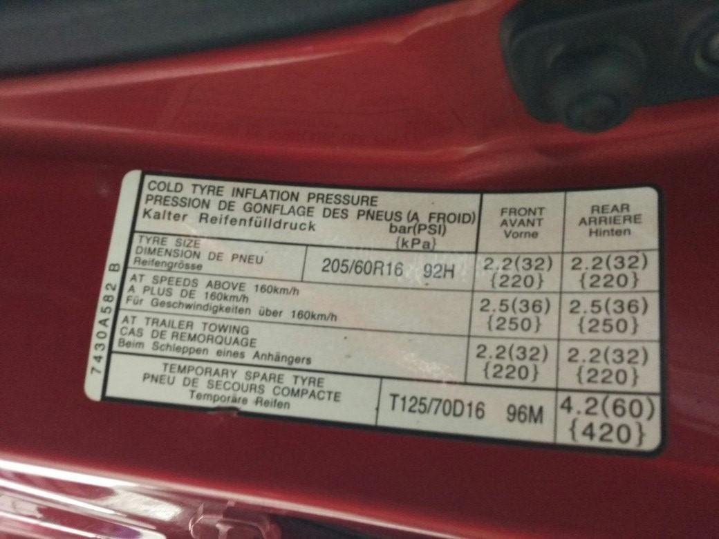 Пример таблички, указывающей рекомендуемые параметры шин