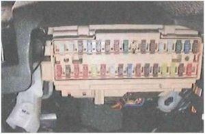 Монтажный блок предохранителей в автомобиле Тойота Камри 40