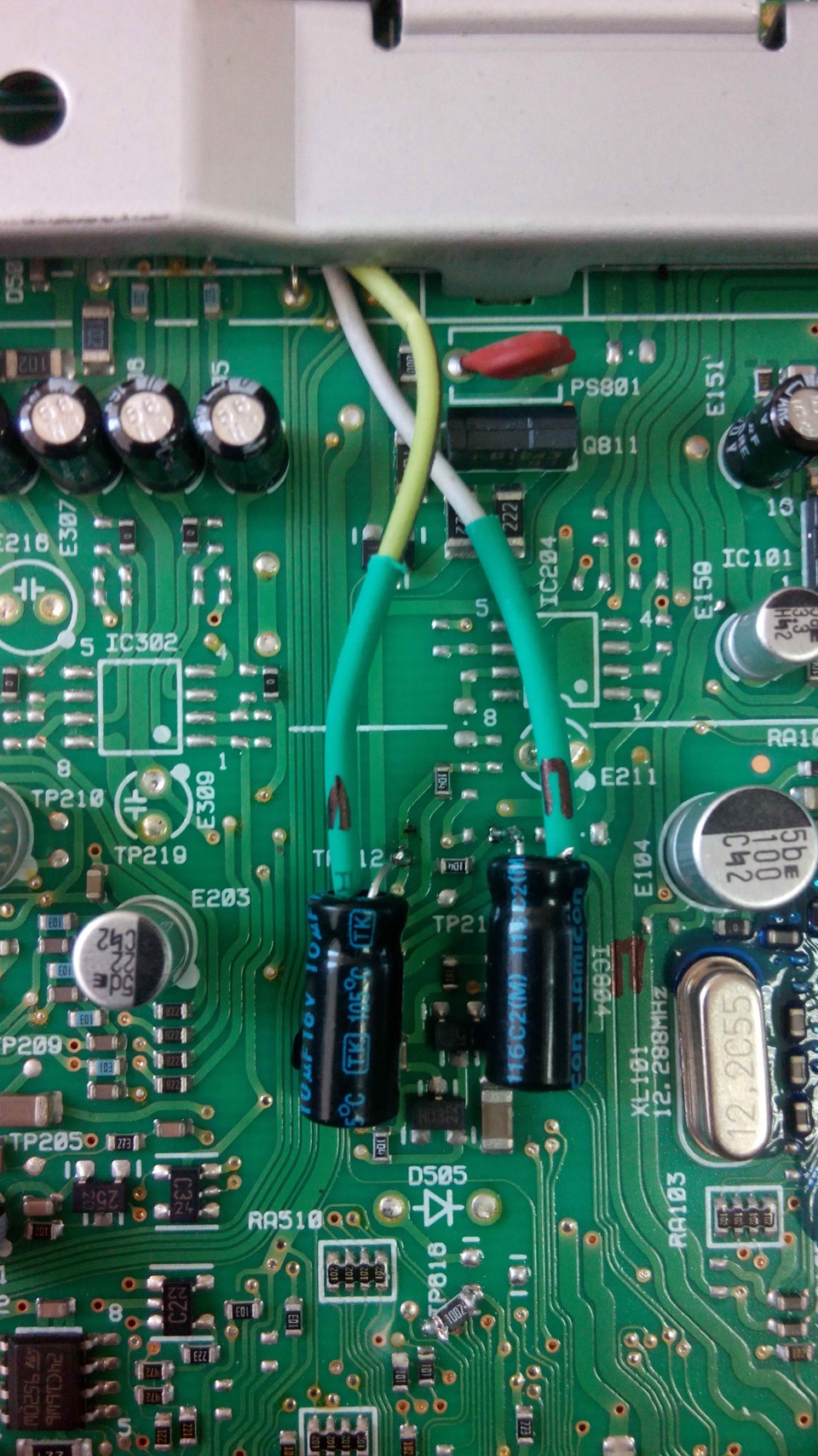 Места подключения электролитических конденсаторов