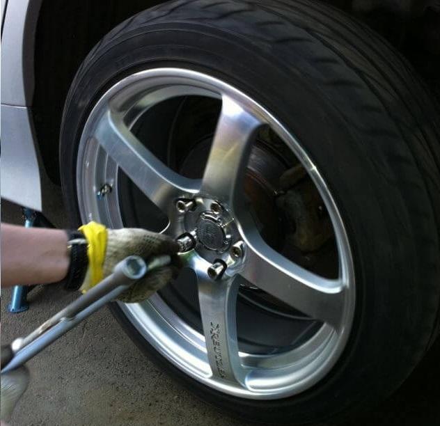 Монтаж колеса автомобиля