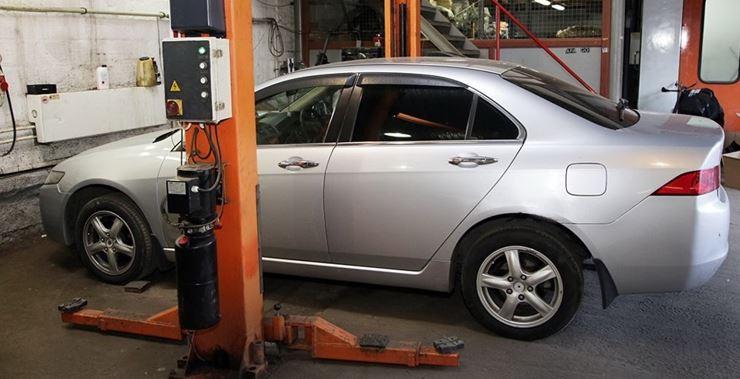 Хонда Аккорд 7 на подъемнике