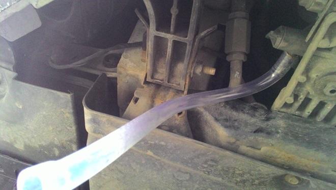 Слив охлаждающей жидкости с помощью прозрачной трубки