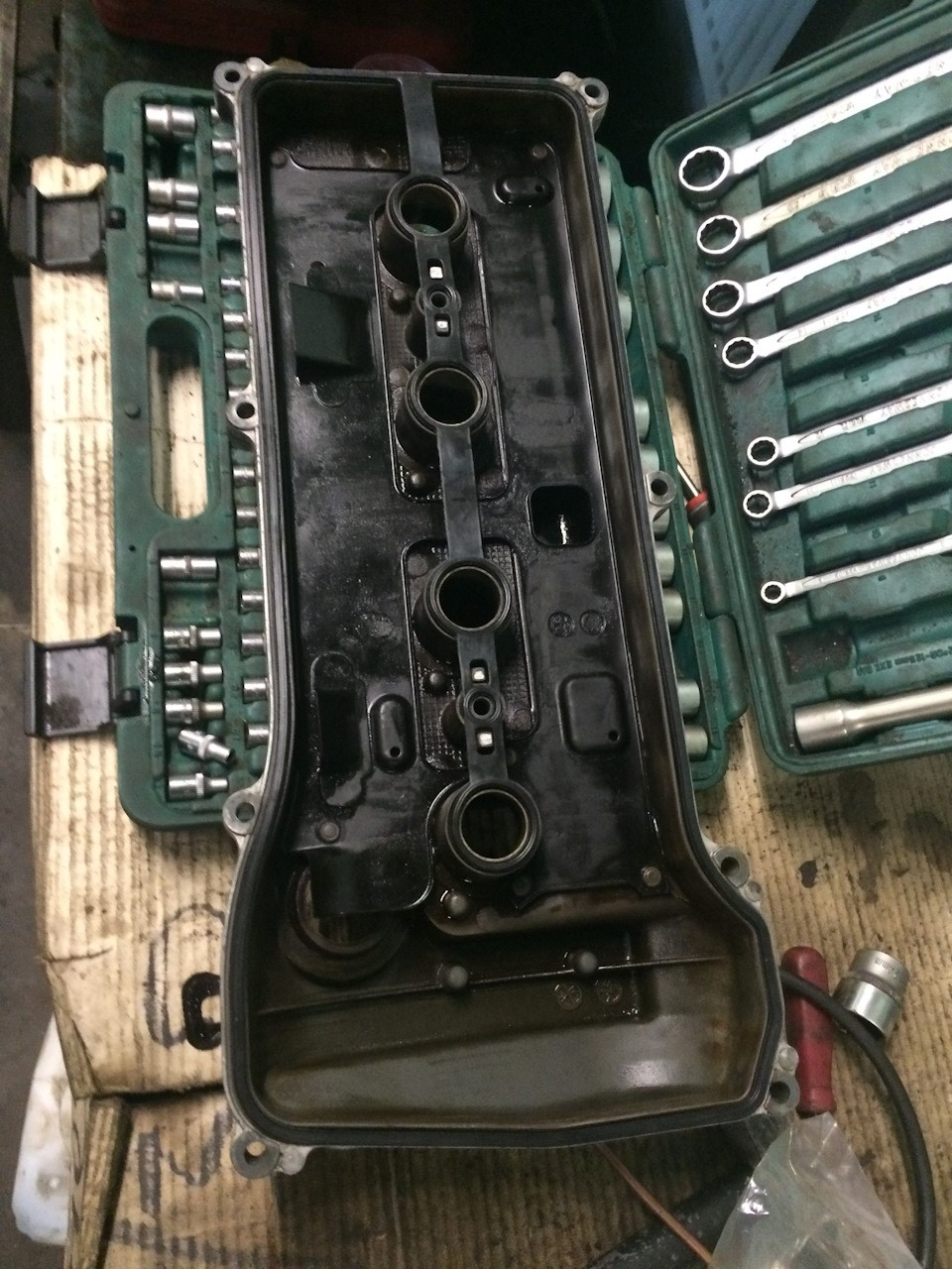 Демонтированная клапанная крышка