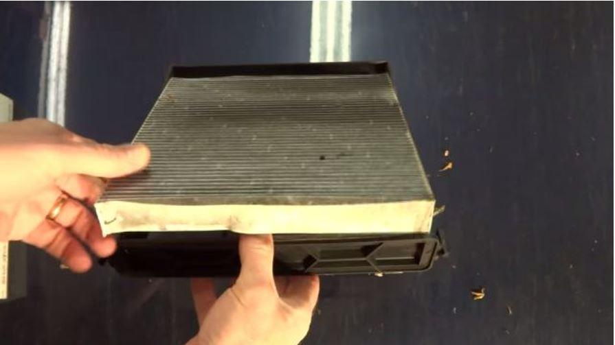 Процесс демонтажа фильтра из его корпуса
