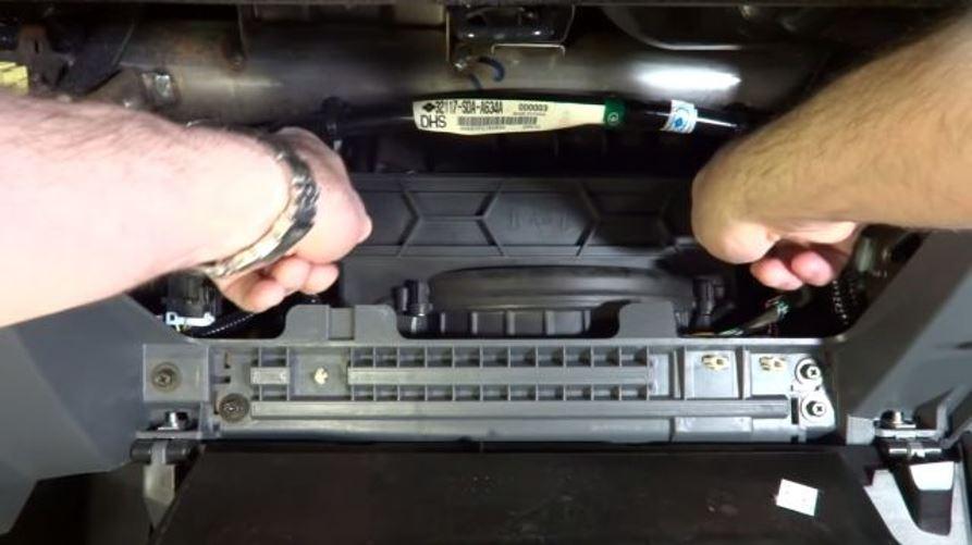 Процесс демонтажа фильтра салона