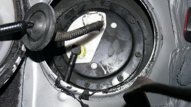 Процесс установки топливного фильтра в бензобак