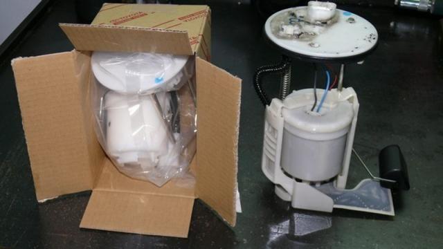Старый и новый топливный фильтр в сборе с насосом