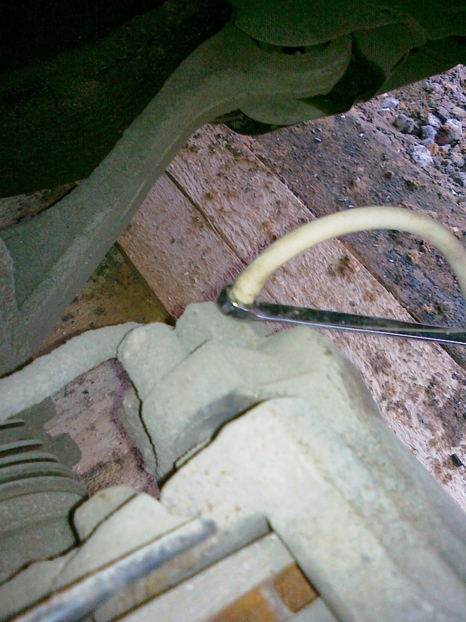 Процесс закрывания штуцера с помощью накидного ключа
