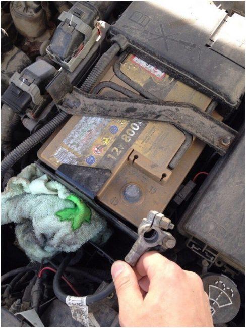 Отключенная минусовая клемма аккумулятора