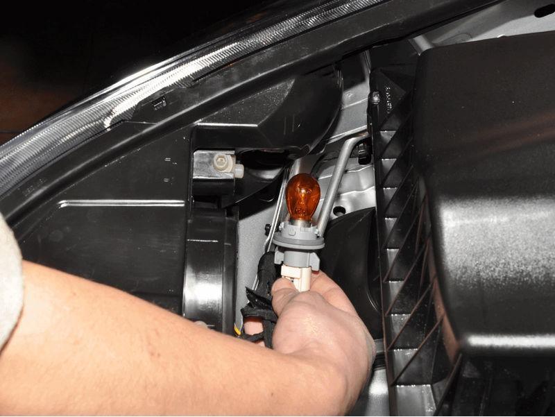 Демонтаж лампы поворотника вместе с патроном