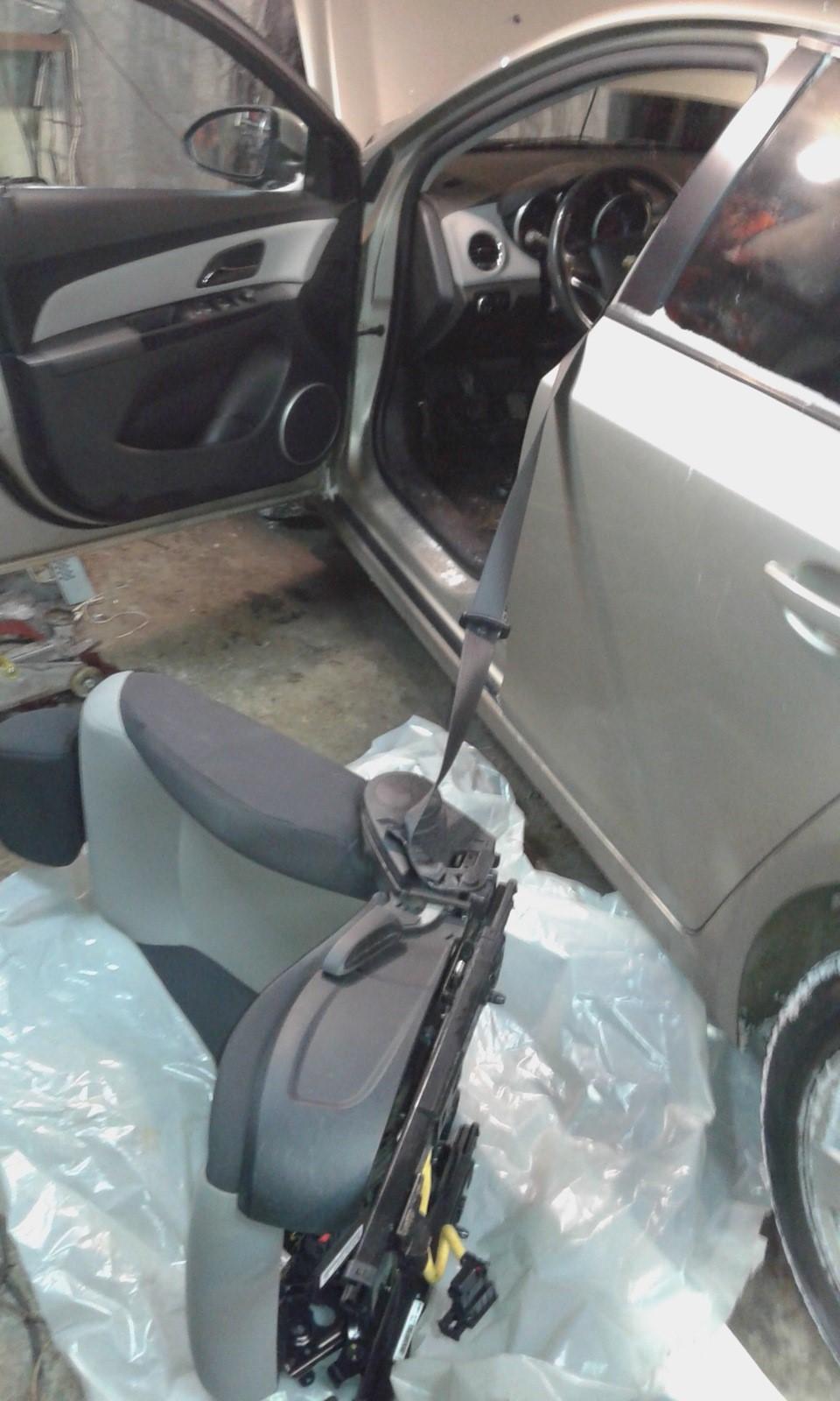 Демонтированное сидение из автомобиля