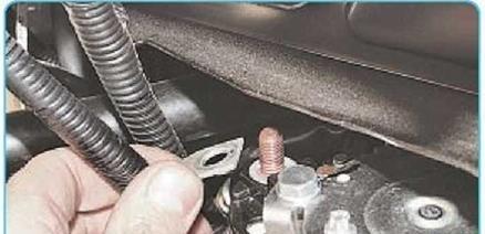 Снятие силового провода с болта тягового реле