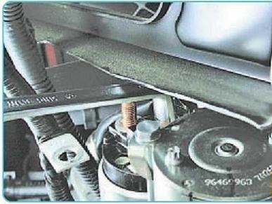 Процесс отворачивания гайки крепления управляющего провода