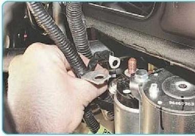 Демонтированный управляющий провод втягивающего реле