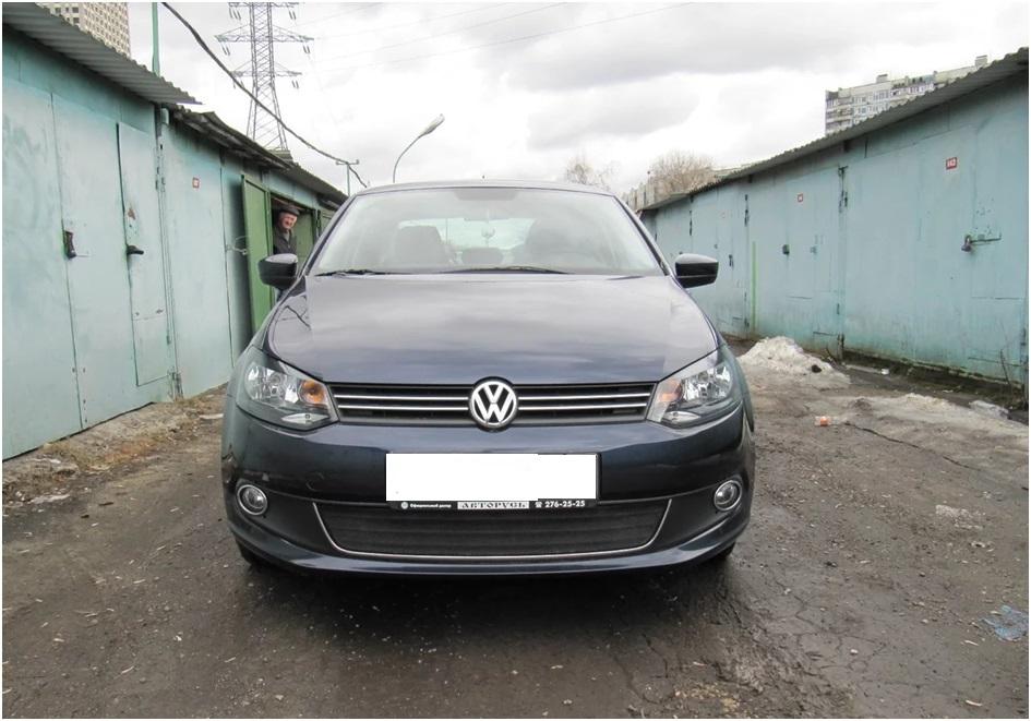 Вид спереди на Volkswagen Polo
