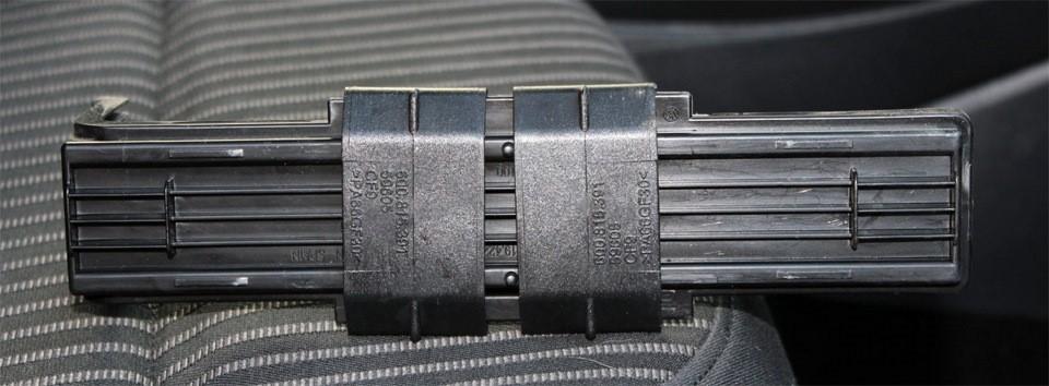 Снятая крышка фильтрующего элемента со сдвинутыми к центру креплениями