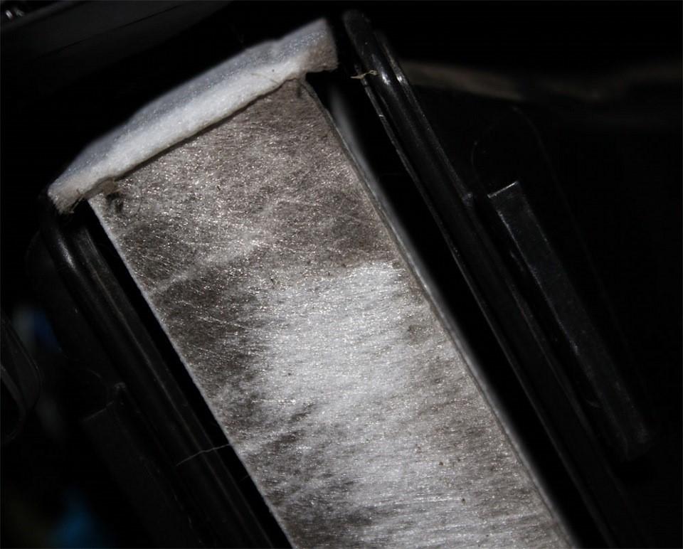 Процесс демонтажа старого фильтрующего элемента