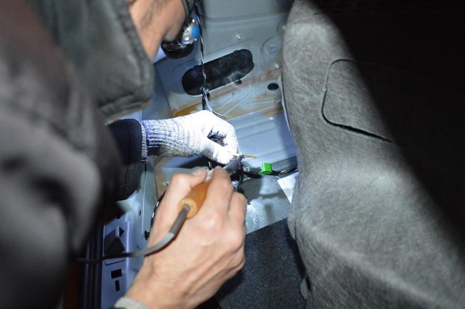Процесс пайки скрутки проводов