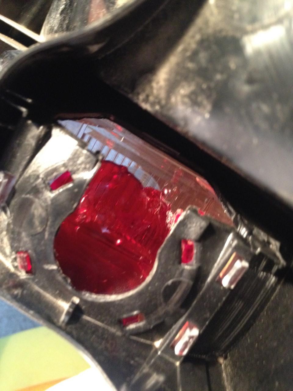 Процесс демонтажа красного светофильтра