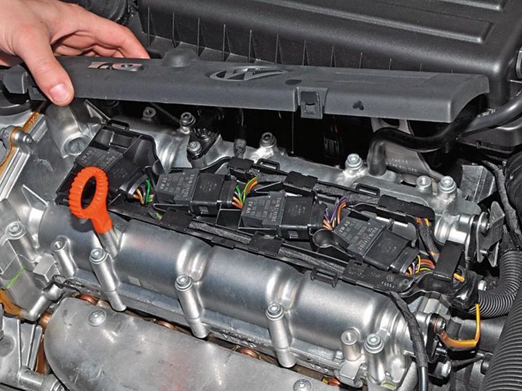 Снятие декоративной крышки двигателя