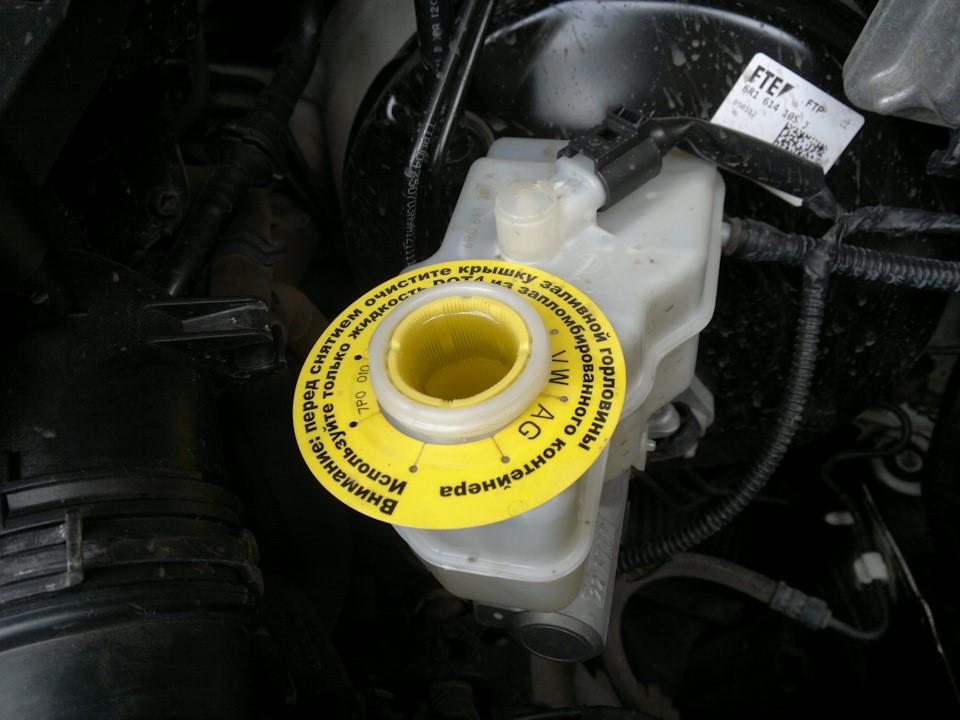 Заполненный тормозной жидкостью бачок