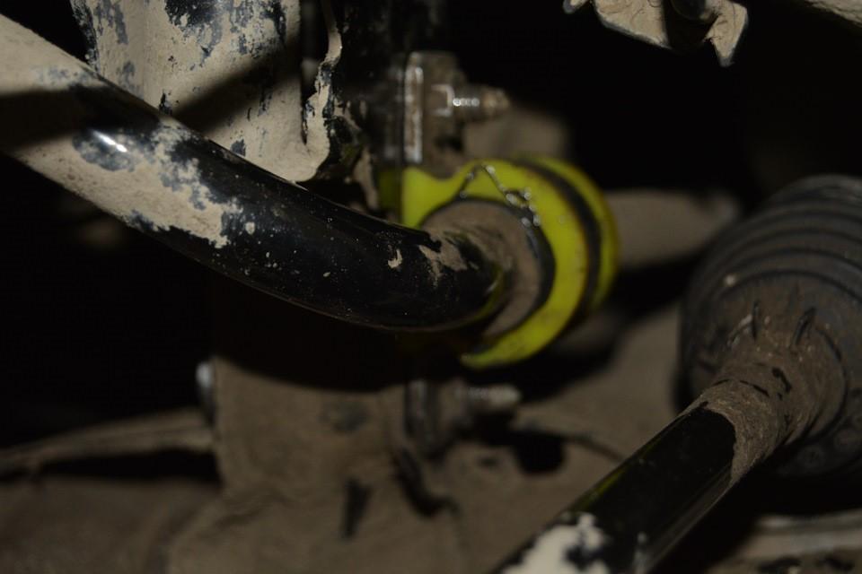 Установленная на место втулка стабилизатора и скоба