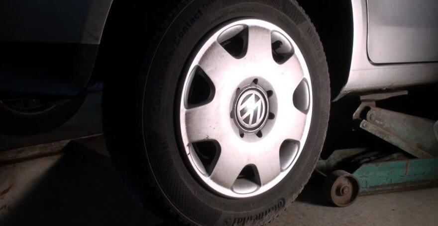 Поддомкраченная задняя часть автомобиля