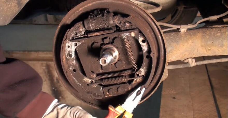 Процесс демонтажа колодки