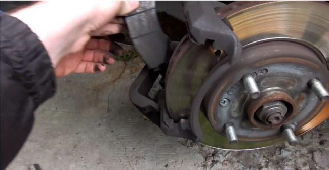 Демонтаж тормозных колодок