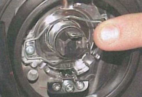 отсоединить специальную металлическую пружину