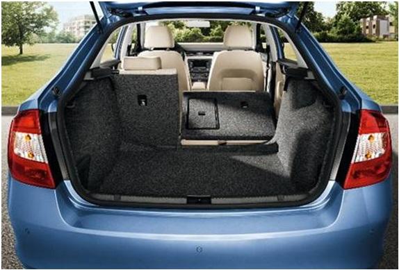 Обширный багажник автомобиля Шкода Рапид