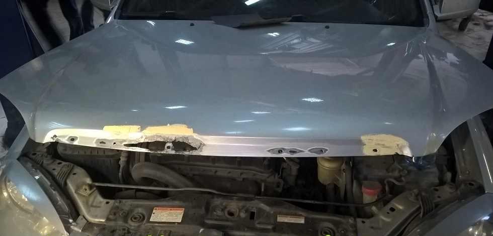 Повреждение металла под накладкой капота