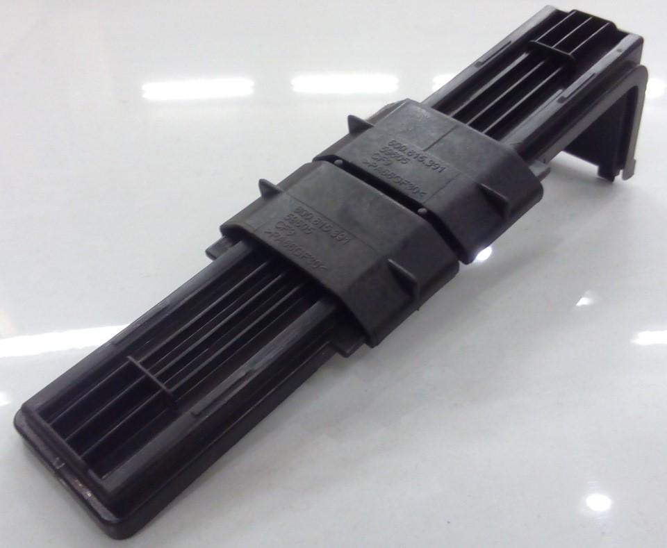 Демонтированная крышка корпуса салонного фильтра с сведенными вместе полозьями
