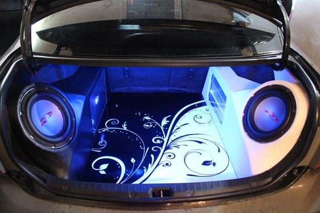 Смонтированная в багажник акустика
