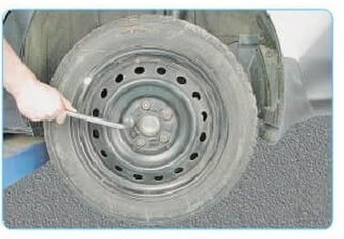 Откручивание креплений колеса