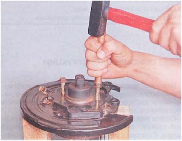 Выбивание ступицы из тормозного щитка