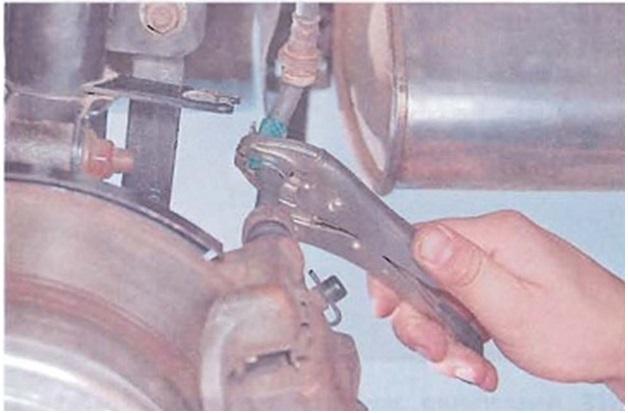 Пережатие тормозного шланга