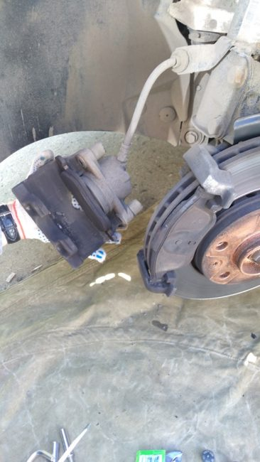 Демонтированная скоба суппорта