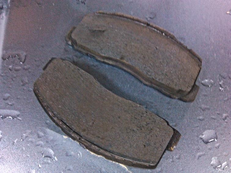Проточка на колодках от тормозных дисков