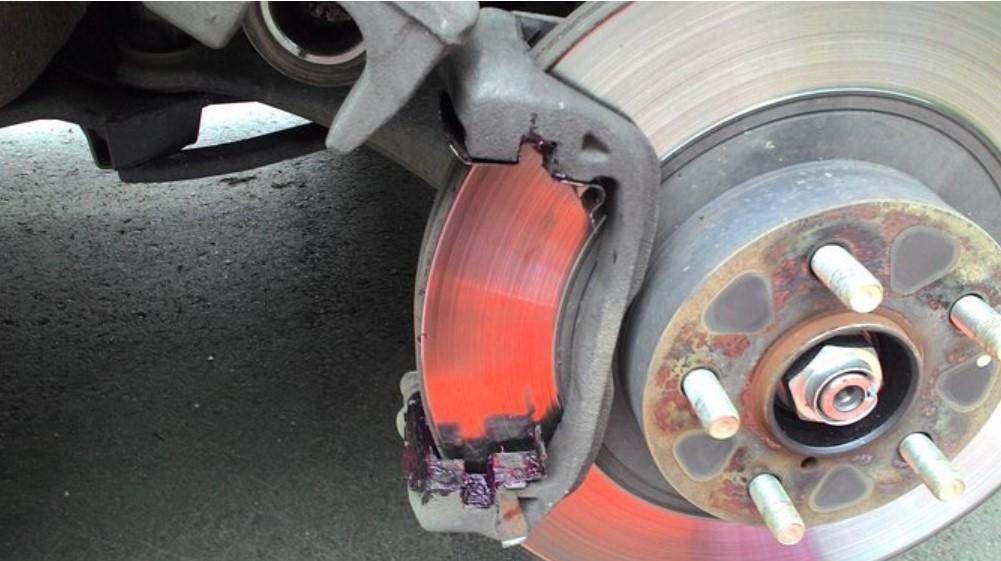 устанавливать новые тормозные колодки