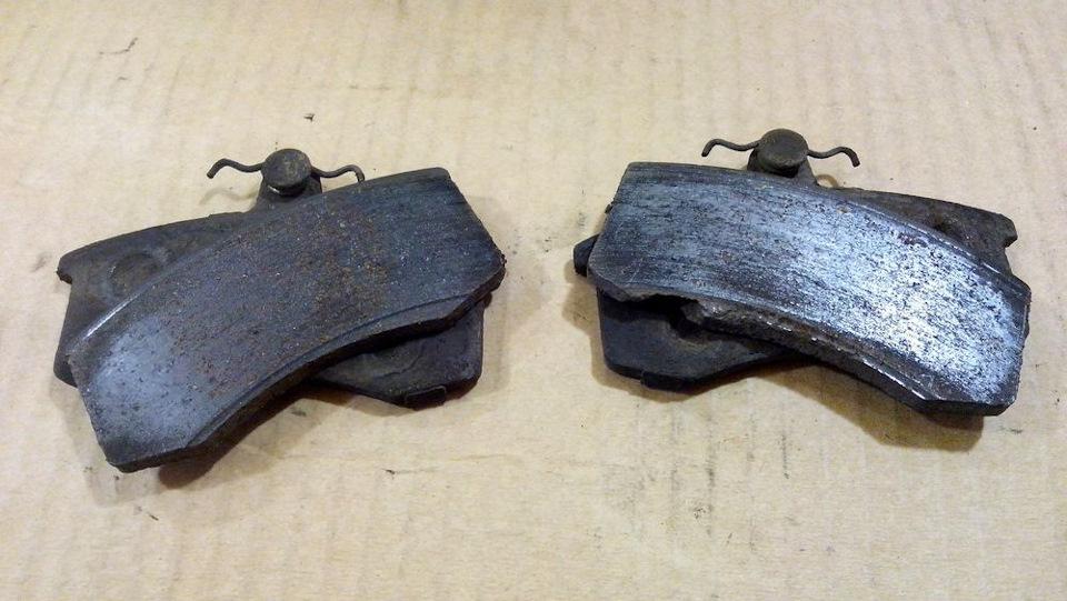 Развалившиеся колодки ТИИР, снятые с иномарки после небольшого пробега