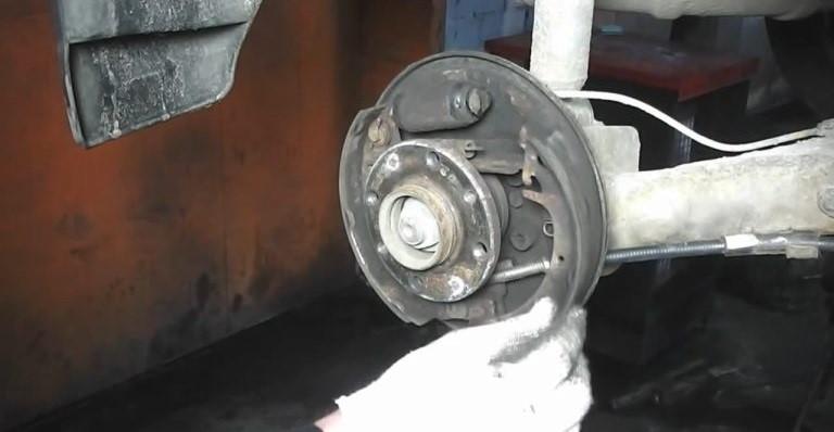 Отвод колодки вбок для изъятия распорной планки