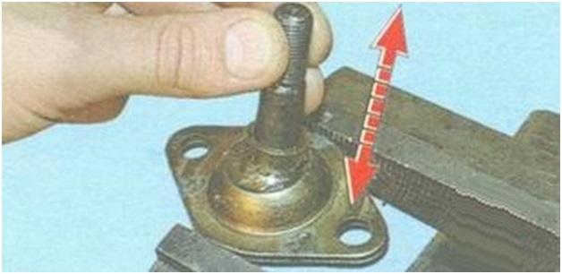 Проверка осевого и радиального перемещения пальца в опоре, зажатой в тисках